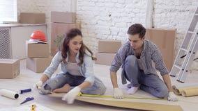 Reparaciones en los recienes casados del apartamento metrajes