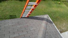 Reparaciones residenciales del tejado; escalera Foto de archivo