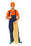 Reparador com a prancha do martelo e da madeira Fotografia de Stock