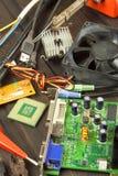 Reparador da eletrônica da tabela Reparo do computador doméstico Reparador da eletrônica da desordem do Desktop Reciclagem de com fotografia de stock royalty free