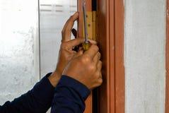 Reparador da porta, parafuso de gerencio, chave de fenda Phillips, imagem abstrata do borrão fotografia de stock