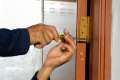 Reparador da porta, parafuso de gerencio, chave de fenda Phillips, imagem abstrata do borrão fotos de stock royalty free