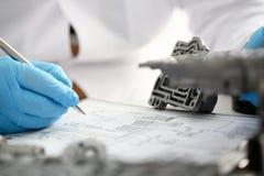Reparador de la gasolinera para la reparación Fotografía de archivo libre de regalías