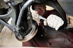 Reparador de Machanic en el cambio de la rotura del coche fotografía de archivo libre de regalías