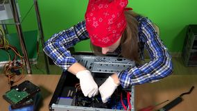 Reparador de sexo femenino profesional del ordenador que instala memoria ram de al PC de sobremesa almacen de metraje de vídeo