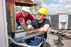 Reparador del aire acondicionado del aprendiz Imágenes de archivo libres de regalías