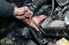 Reparador del mecánico en la reparación del coche Fotografía de archivo