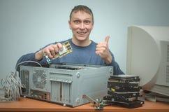Reparador del ordenador Ingeniero del técnico del ordenador Servicio de asistencia imagen de archivo libre de regalías