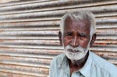 Reparador del zapato en Bangalore, la India el 15 de julio de 2010 imagen de archivo