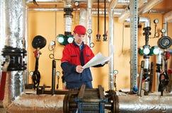Reparador do coordenador do aquecimento na sala de caldeira Imagens de Stock