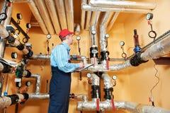 Reparador do coordenador do aquecimento na sala de caldeira Fotografia de Stock
