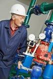 Reparador do coordenador do aquecimento na sala de caldeira Imagem de Stock Royalty Free