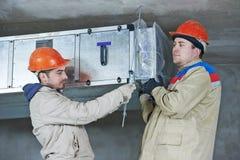 Reparador do coordenador do aquecimento no quarto de caldeira Imagens de Stock