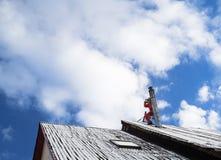 Reparador em um telhado Foto de Stock