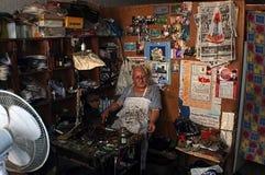 Reparador mayor del zapato en su taller Imagen de archivo libre de regalías