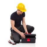 Reparador que abre una caja de herramientas Imágenes de archivo libres de regalías