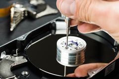 Reparador que desmonta el primer de la unidad de discos duros Imagenes de archivo