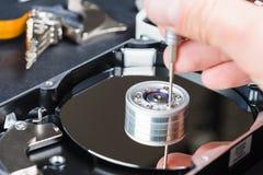 Reparador que desmonta el primer de la unidad de discos duros Foto de archivo libre de regalías
