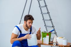 Reparador que faz o reparo da renovação na casa com wallpa de papel imagens de stock royalty free