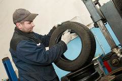 Reparador que lubrica el neumático del coche Imagen de archivo