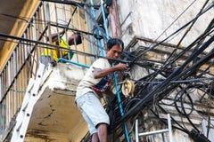 Reparadores bondes, Yangon, Burma Imagem de Stock