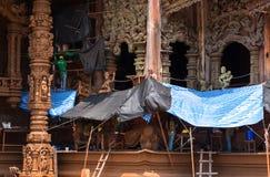 Reparadores e mulheres no local da restauração no exterior do lado do santuário da verdade, Tailândia foto de stock royalty free