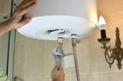 Reparando as tubulações de água em uma caldeira imagens de stock royalty free