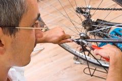 Reparando a bicicleta Fotografia de Stock