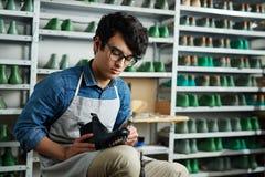 Reparando calçados fotografia de stock