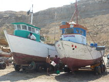 Reparando o barco de pesca imagem de stock
