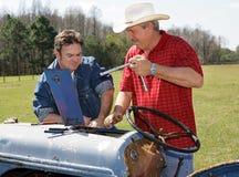 Reparando o equipamento de exploração agrícola Imagem de Stock Royalty Free