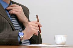 Reparando o laço antes de assinar o contrato imagem de stock royalty free