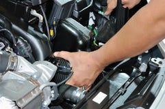 Reparando o motor de veículo Fotografia de Stock