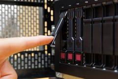 Reparando o servidor, movimentação de disco rígido da substituição Foto de Stock Royalty Free