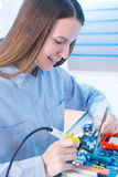 Reparação da menina eletrônica Imagem de Stock