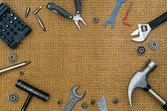 Reparar utiliza ferramentas a vida imóvel no fundo marrom com espaço para ty Imagem de Stock