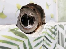 Reparatie - de bouw met hulpmiddelen die voor een kraan in keramische tegel snijden royalty-vrije stock afbeeldingen
