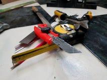 Reparatie - de bouw met hulpmiddelen, meetlint, metaalschaar, dossier, metaalmes, potlood, mes, heerser stock afbeelding