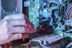 Reparatie en het schoonmaken van de computer De professionele computerapparatuur van de handreparatie stock foto's