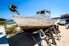 Reparatie en restauratie van oude houten visserijschip of boot stock afbeelding