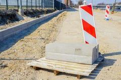 Reparatie en vervanging van ondergrondse mededelingen over de stadsstraat stock afbeelding