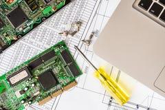 Reparatie gebroken computer, een spaander met een schroevedraaier met schroeven stock afbeelding