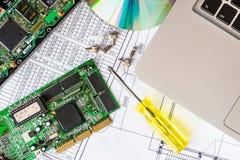 Reparatie gebroken computer, laptop met een bestuurdersschijf Stock Afbeelding