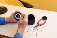 Reparatie gebroken digitale lens, close-up Stock Afbeeldingen