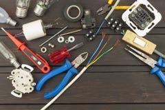 Reparatie gebroken lichten Energie - besparings gloeilamp op een donkere achtergrond Verkoop van gloeilampen Reclame op verlichti Stock Foto