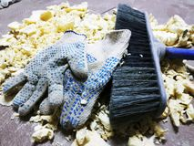 Reparatie - in orde makende schuim, borstel en bouwhandschoenen op de betegelde vloer royalty-vrije stock foto