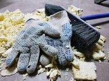 Reparatie - in orde makende schuim, borstel en bouwhandschoenen op de betegelde vloer stock afbeelding