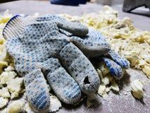 Reparatie - in orde makende schuim en bouwhandschoenen op de betegelde vloer royalty-vrije stock afbeelding