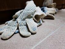 Reparatie - in orde makende schuim en bouwhandschoenen op de betegelde vloer stock foto