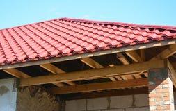Reparatie oud huis met vernieuwing en nieuwe de installatie en de reparatie houten bundels van het metaaldak royalty-vrije stock afbeelding